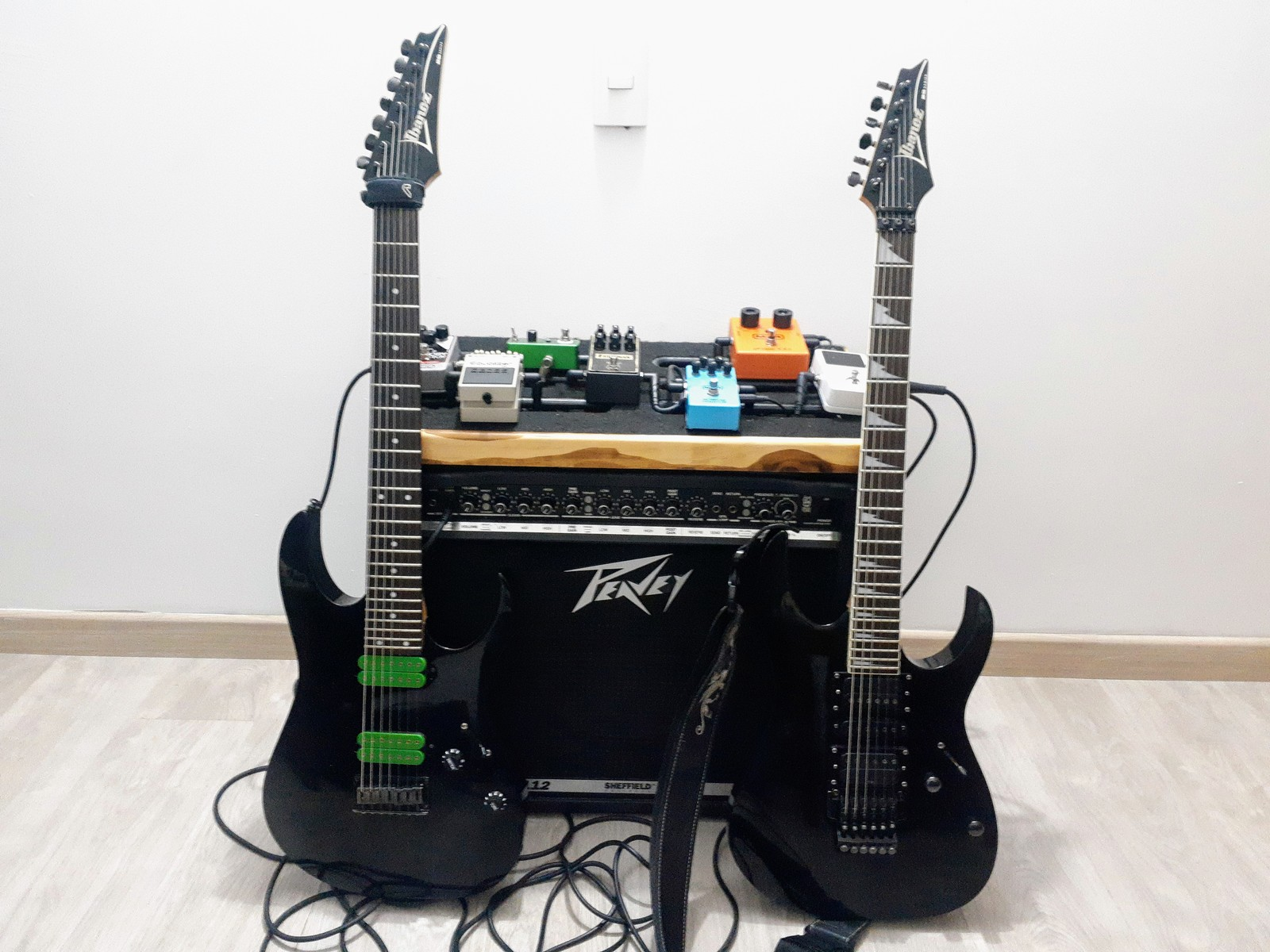 oscar_g_martinez_p's music gear photo containing Ibanez RG370DX, Peavey Bandit 112 - Transtube, Ibanez RG7321, Graph Tech TUSQ XL PT-6642-00, DiMarzio Blaze II, Hipshot 7 In Line Locking Tuners, Mountain Racks Pedalboard, and Amaya Electronics Power Supply