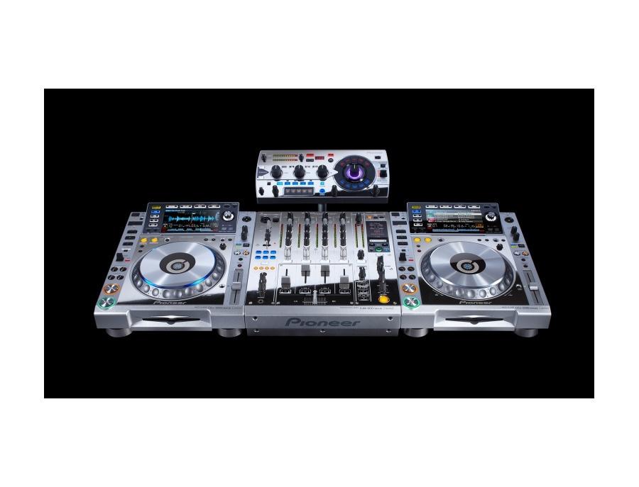 Pioneer CDJ-2000nexus Platinum Edition and mixer