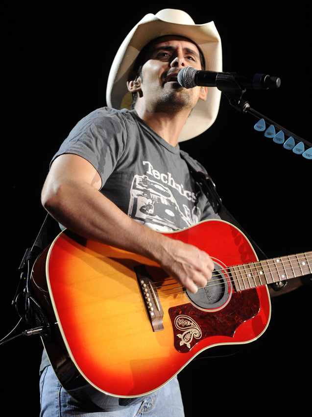 what kind of acoustic guitar does brad paisley play