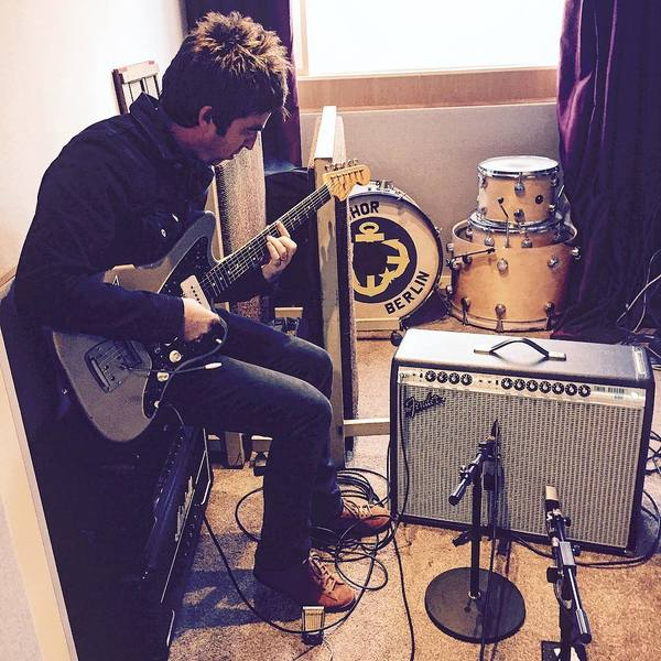 Noel Gallagher Jazzmaster.Noel Gallagher S Fender Jazzmaster Electric Guitar Equipboard