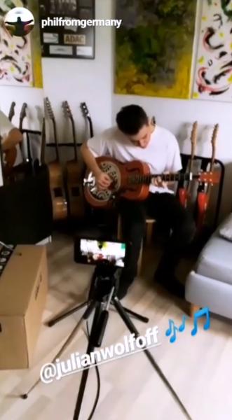 Julian Wolf's Rocktile Quintuplicate Movable Guitar Stand